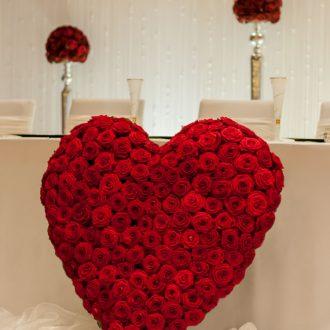 Brauttisch mit großem Rosenherz