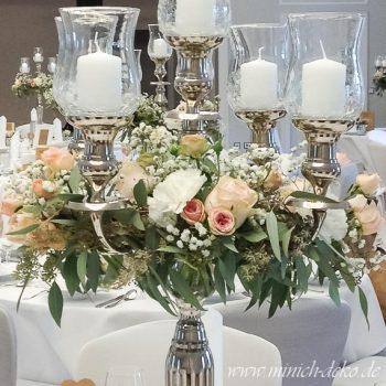 Kerzenständer mit Glasaufsätzen und Blumenkranz