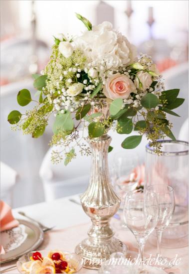 Hochzeitsdeko-Tischgesteck auf Bauernsilbernen Ständer. Hortensien, Rosen, Eukalyptus