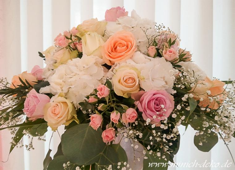 Hochzeits-Blumendeko: Blumengesteck rosa-weiss-peach