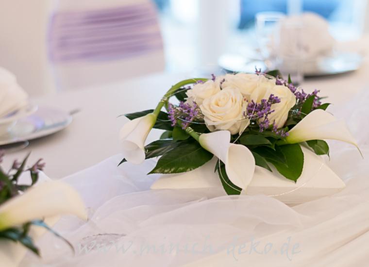 Brauttisch Blumendeko, Rosen und Callas