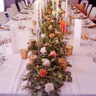 Brautpaartisch mit Blumengirlande, Trendy Greenery Wedding