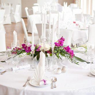 Brauttischdeko, Orchideen-Gesteck, Glas Kerzenständer