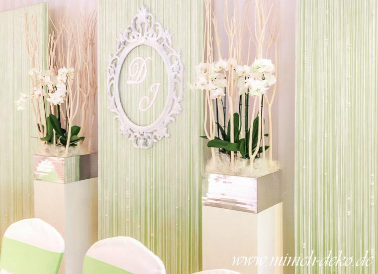 Brauttischhintergrund grün, Deko-Säulen, weiße Orchideen, Ornamentrahmen mit Initialen