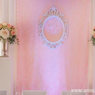 Brauttisch-Hintergrund im Vintage-Look mit Initialen weiß-rosa-pastellgrün
