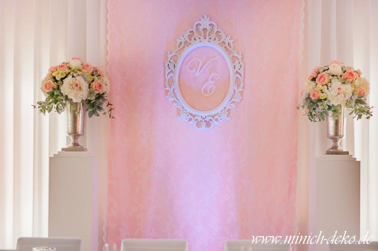 Brauttisch-Hintergrund mit Initialen weiß-rosa-pastellgrün