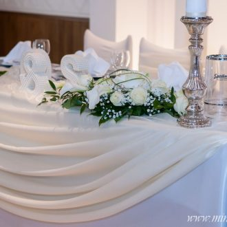 Brauttisch creme-weiß, Blumengestecke, bauernsilberne Kerzenständer