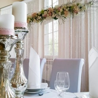 Brauttisch - Hintergrund mit Fadenvorhang und Blumen