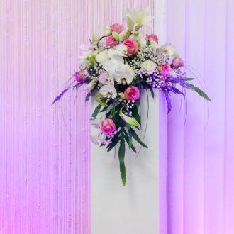 weiße Säule mit Blumen-Gesteck, Brauttischhintergrund