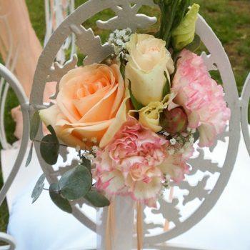 Stuhl mit Blumendeko | Freie Trauung | Eisenstuhl mieten