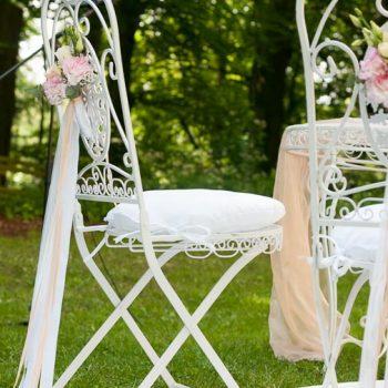 Vintage Shabby Stühle weiß mit frischen Blumen dekoriert | Vermietung für Freie Trauung