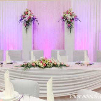 Brauttisch mit Hintergrund und Blumendeko