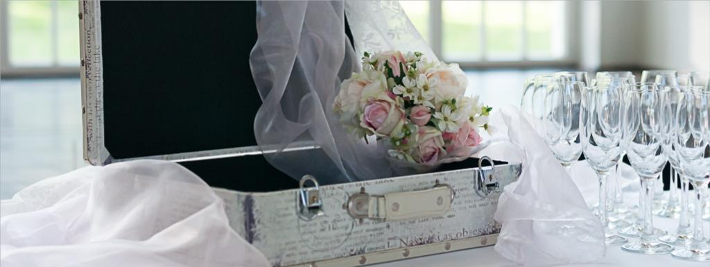 Koffer für Hochzeitskarten und Briefumschläge, als Dekoration für eine Vintage Hochzeit.