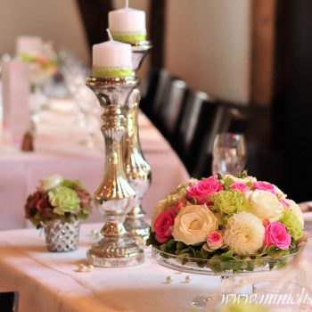 Blumengesteck auf Glasständer, vintage Kerzenständer