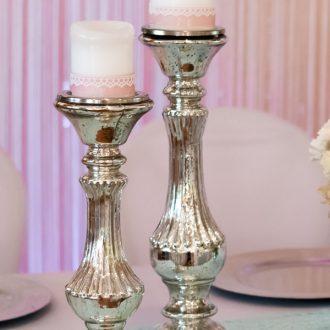 Bauernsilberne Kerzenständer, Tischläufer aus romantischer Spitze in trendigem Mint, Dekoverleih Vintage Deko