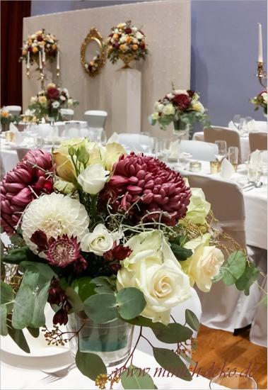Hochzeitsdeko mit goldfarbenen Akzenten, Stadthalle-Detmold