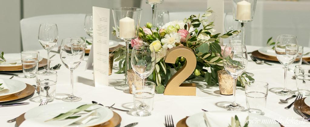 Vintage Hochzeitsdeko, Tischnummer in gold, Teelichthalter in gold, Tischgesteck im vintage Stil mit Eukalyptus, Verleih