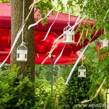 vintage-hochzeitsdeko-gartendeko-windlicht-vogelkaefig-schleifen