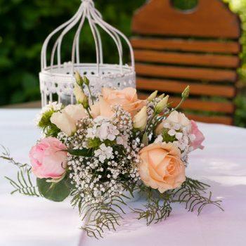 Vintage Tischdeko im Freien | Floristik für Hochzeit | Windlicht Dekokäfig mieten